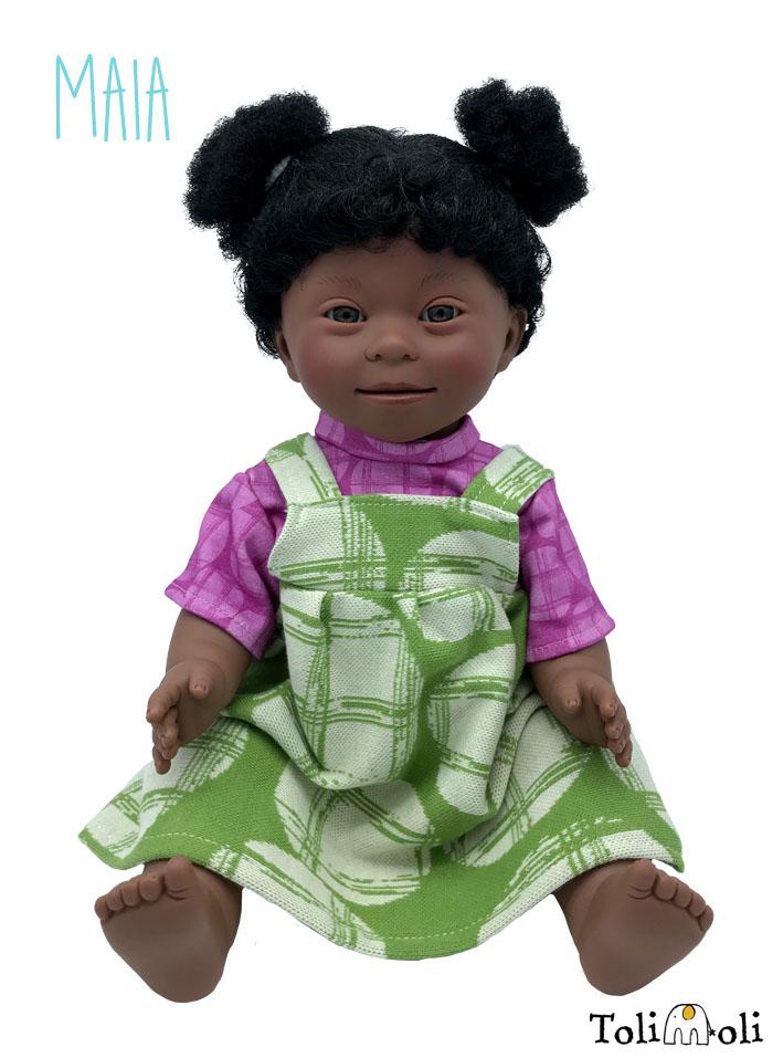 *Maia* Schwarze Puppe mit Down Syndrom, mit Afrohaaren